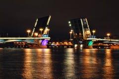 Pont-levis la nuit Photos stock