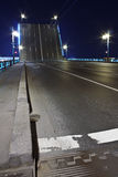 Pont-levis à St Petersburg la nuit Photo stock