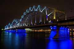 Pont lumineux lumineux en chemin de fer image stock