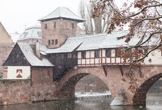 Pont médiéval à Nuremberg pendant la tempête de neige pendant l'hiver Photographie stock libre de droits