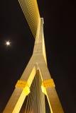 Pont méga en élingue, Rama 8 et lune image stock