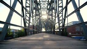 Pont métallique local avec un trottoir en bois dans les Carpathiens dans le ralenti banque de vidéos