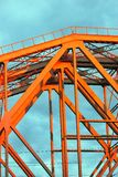 Pont métallique rouge Ciel bleu avec le fond de nuages Photos libres de droits