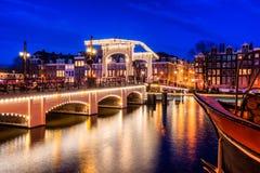 Pont maigre Amsterdam au crépuscule Image stock