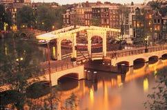 Pont maigre au coucher du soleil, Amsterdam, Pays-Bas photographie stock libre de droits