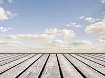 Pont menant à l'horizon de ciel Images libres de droits