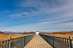 Pont menant à la maison Photographie stock libre de droits