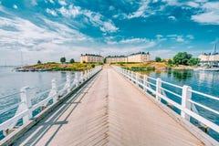 Pont menant aux bâtiments d'anciennes casernes sur le territoire de N Photos stock
