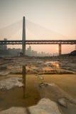 Pont moderne au temps de coucher du soleil Image stock