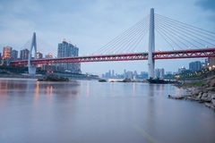 Pont moderne au temps de coucher du soleil avec le fond de ville Photo stock