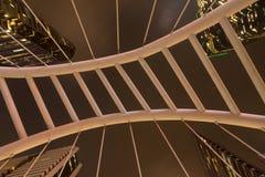 Pont moderne avec des gratte-ciel au district des affaires Sathorn à Bangkok ; Thaïlande photo libre de droits