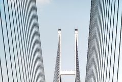 Pont moderne avec le ciel bleu Photographie stock libre de droits