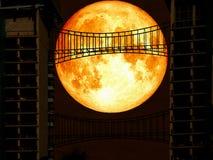 pont moyen en métal de sang bleu de dos superbe de lune Photo stock