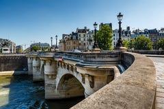 Pont Neuf和在巴黎援引海岛 图库摄影