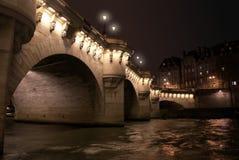 Pont neuf Brücke bis zum Nacht, Paris, Frankreich stockfotos