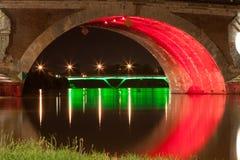 Pont Neuf em Toulouse iluminado coloridamente na noite foto de stock