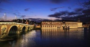 Pont Neuf en de vroegere bouw van het ziekenhuis van Toulouse, Toulouse, Frankrijk stock video