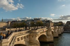 Pont Neuf et Île de la Cité au coucher du soleil fin octobre, Paris Photographie stock libre de droits