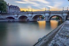 Pont Neuf no por do sol em Paris, França Fotografia de Stock Royalty Free