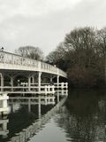 Pont noir et blanc au-dessus de rivière Images stock