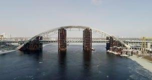 Pont non fini rouillé à Kiev, Ukraine Pont combiné en voiture et en souterrain en construction clips vidéos