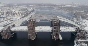 Pont non fini rouillé à Kiev, Ukraine Pont combiné en voiture et en souterrain en construction banque de vidéos