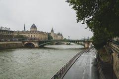 Pont Notre-Dame sopra la Senna in un giorno piovoso, a Parigi, la Francia immagine stock libera da diritti