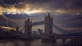 Pont orageux à Londres pluvieuse Photographie stock libre de droits