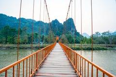 Pont orange au-dessus de rivière de chanson dans Vang Vieng, Laos images libres de droits