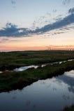 Pont par le coucher du soleil avec des nuages Photographie stock libre de droits