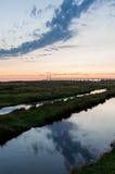 Pont par le coucher du soleil avec des nuages Images libres de droits