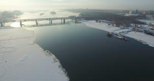 Pont par le fleuve Ob à Novosibirsk banque de vidéos