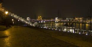 Pont pendant la nuit de ville Photos libres de droits