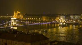 Pont pendant la nuit de ville Photos stock