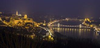 Pont pendant la nuit de ville Image stock