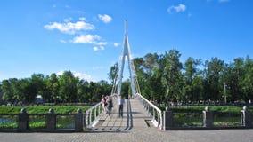 Pont piétonnier à travers la rivière Kharkiv le timelapse de pont et de remblai de Maryinsky banque de vidéos