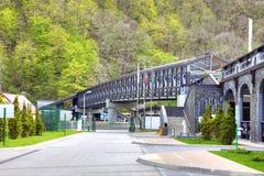 Pont piétonnier au-dessus de la rivière Mzymta Image libre de droits