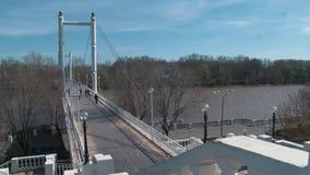 Pont piétonnier blanc traversant la rivière d'Ural banque de vidéos