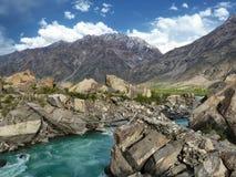 Pont piétonnier dans les montagnes Photo stock