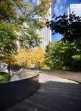 Pont piétonnier de BP en automne image libre de droits
