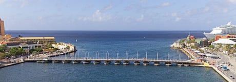 Pont piétonnier de reine Emma en le Curaçao images libres de droits