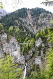 Pont piétonnier de suspension au-dessus de la gorge près du château de Neuschwanstein en Bavière images libres de droits