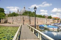 Pont piétonnier et mur de ville photo libre de droits