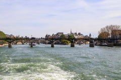 Pont pi?tonnier Pont des Arts au-dessus de la Seine et des b?timents historiques de Paris France photo libre de droits