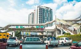 Pont pour des personnes au-dessus de la route et des voitures dans l'embouteillage au bangk Photo libre de droits