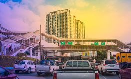 Pont pour des personnes au-dessus de la route et des voitures dans l'embouteillage au bangk Images stock