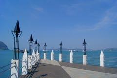 Pont près de la mer bleue Image libre de droits