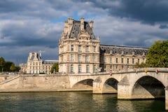 Pont reale e Palais du Louvre - Parigi Francia fotografie stock