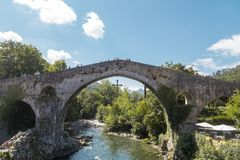 Pont romain à Cangas de Onis, Asturies, Espagne Photos stock