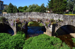 Pont romain antique avec des fleurs image libre de droits